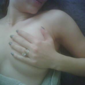 scarlett johansson hidding boob