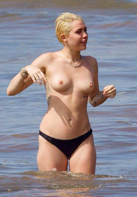 Miley cyrus shows her bare tits