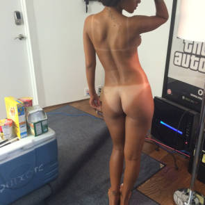 Rihanna caught with naked ass on set