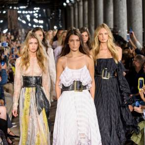 Stella Maxwell with other models on runway