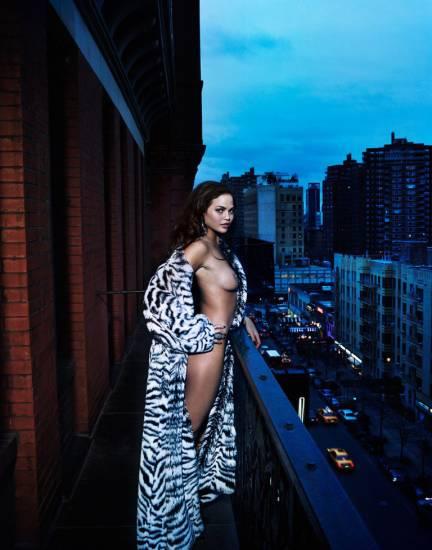 Chrissy Teigen nipple flash in wardrobe