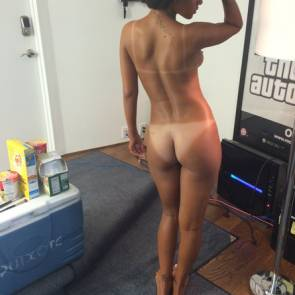 Rihanna-caught-with-naked-ass-on-set