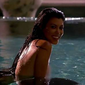 08–Kourtney-Kardashian-Naked