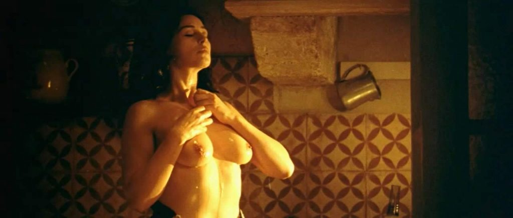 Monica Bellucci tits while showering