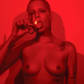01-Halsey-Sexy-Topless