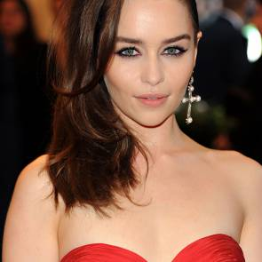 20-Emilia-Clarke-Platinum-Blonde-Dark-Hair-Sexy
