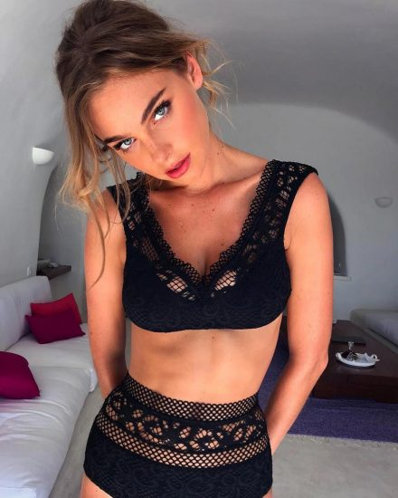 Elizabeth Turner boobs in black bra