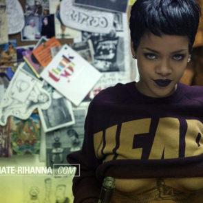 11-Rihanna-Topless-Sexy