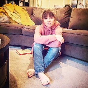 Jennette McCurdy feet while sitting