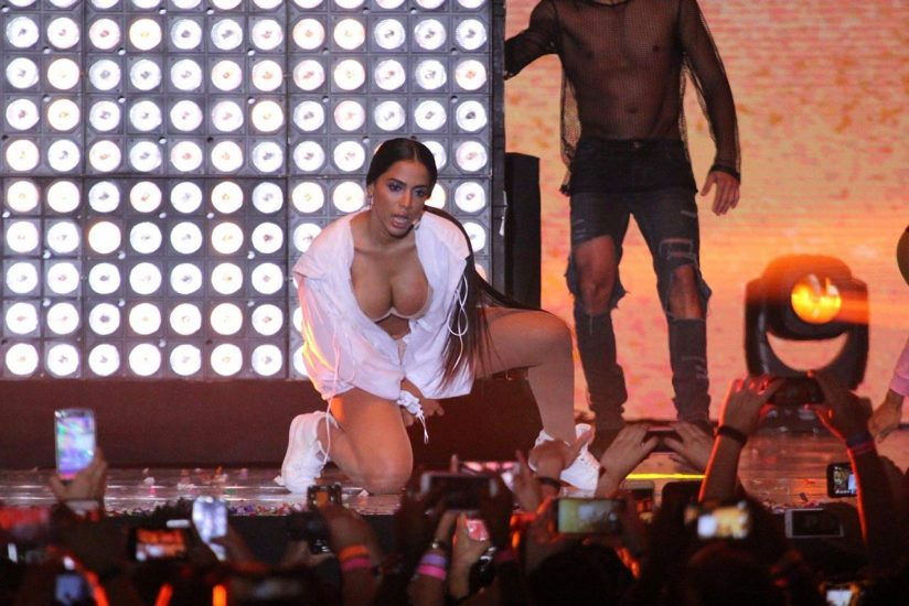 Anitta boobs out
