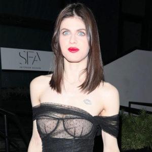 Alexandra Daddario Goes Braless & Shows Nude Tits !