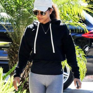 Actress Halle Berry Pussy Lips In Cameltoe — Guilty For Wearing Gray Leggings !