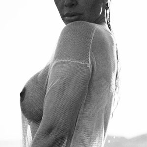 Kim Kardashian Topless & Sexy Pics For Elle And Vogue