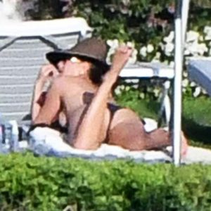 Actress Jennifer Aniston Topless In Italy