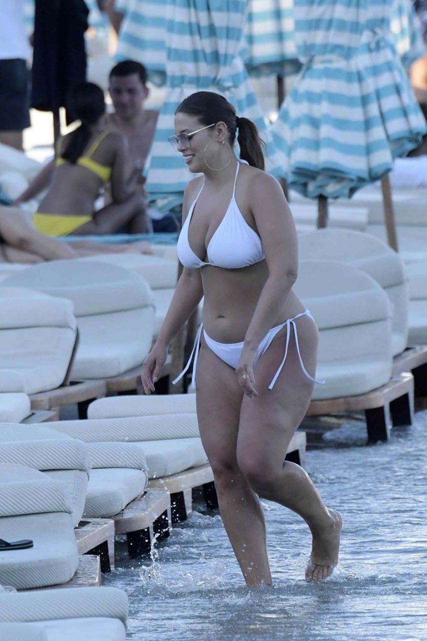Ashley Graham Bikini Bottom Looks Like She U0026 39 S Wearing A