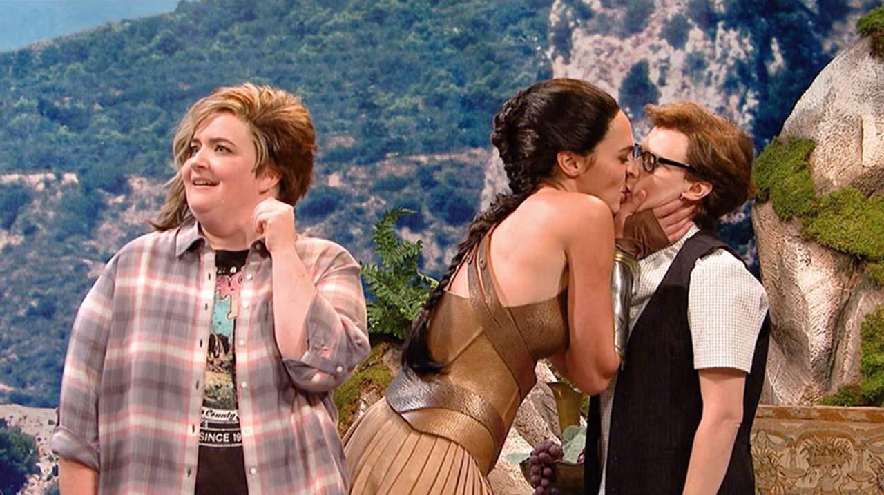 lesbian Gal kiss gadot