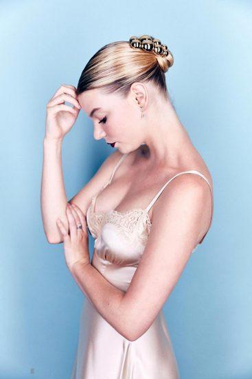 Anya Taylor Joy breasts in cleavage