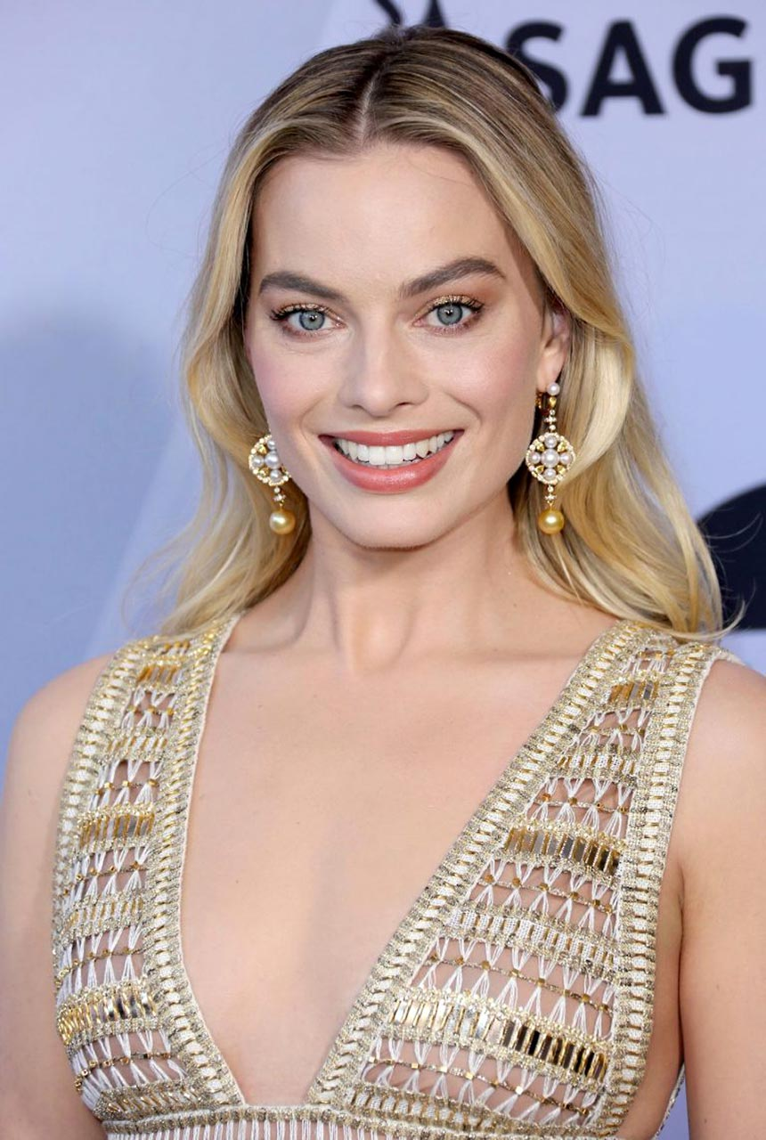 Margot Robbie Cleavage for Awards in LA - Scandal Planet