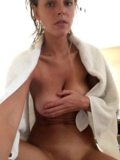 Elizabeth Turner naked boobs after shower