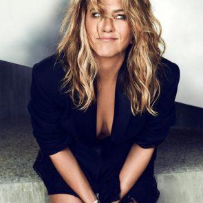 Jennifer Aniston sexy cleavage