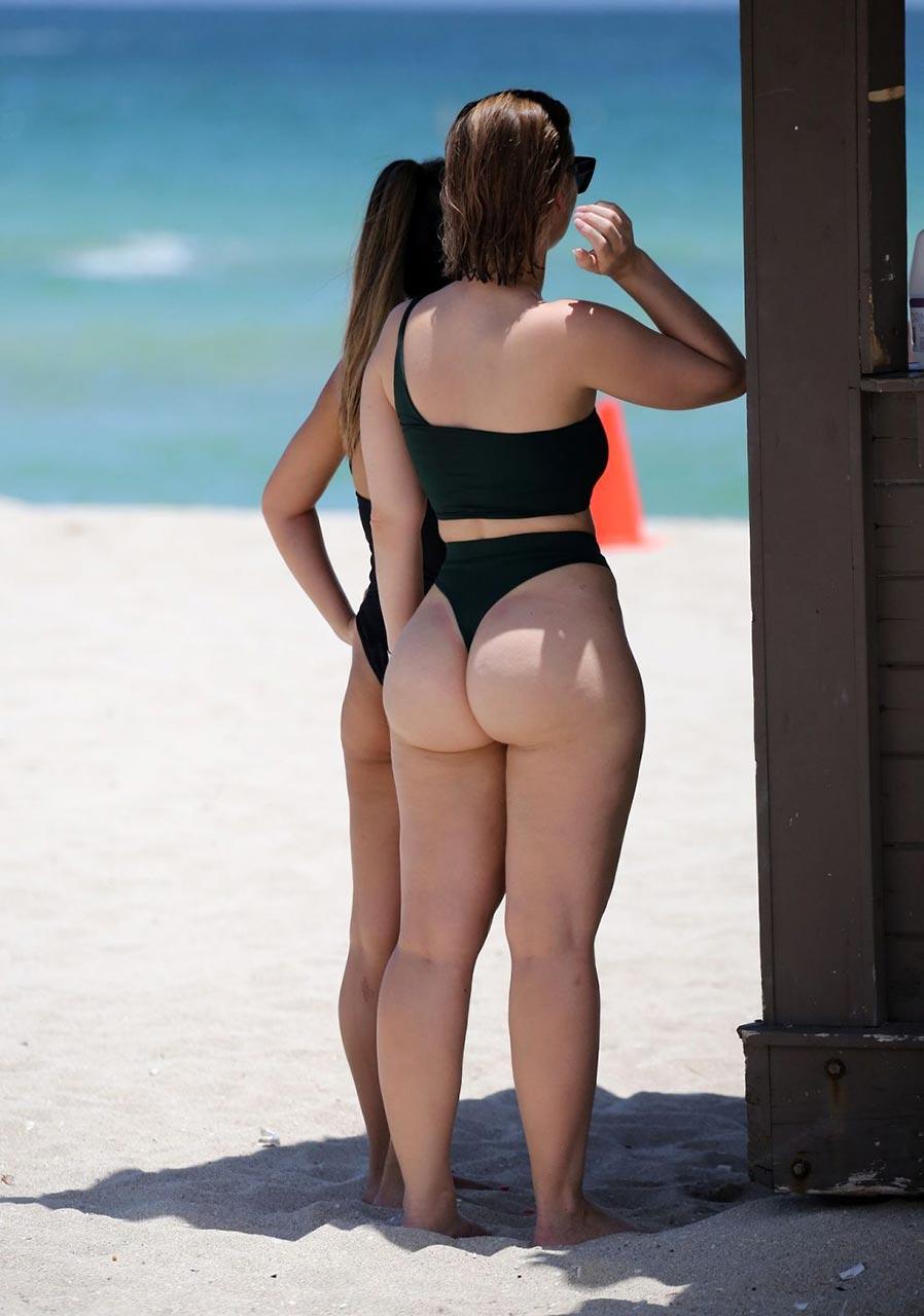 thumbs Bikini ass