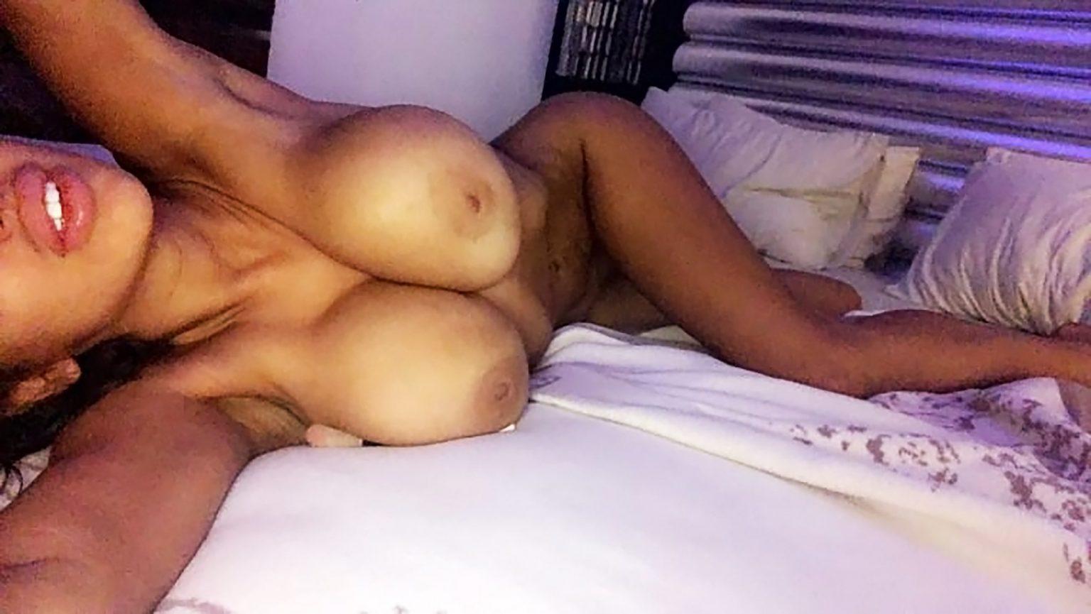 Chloe Khan  nackt