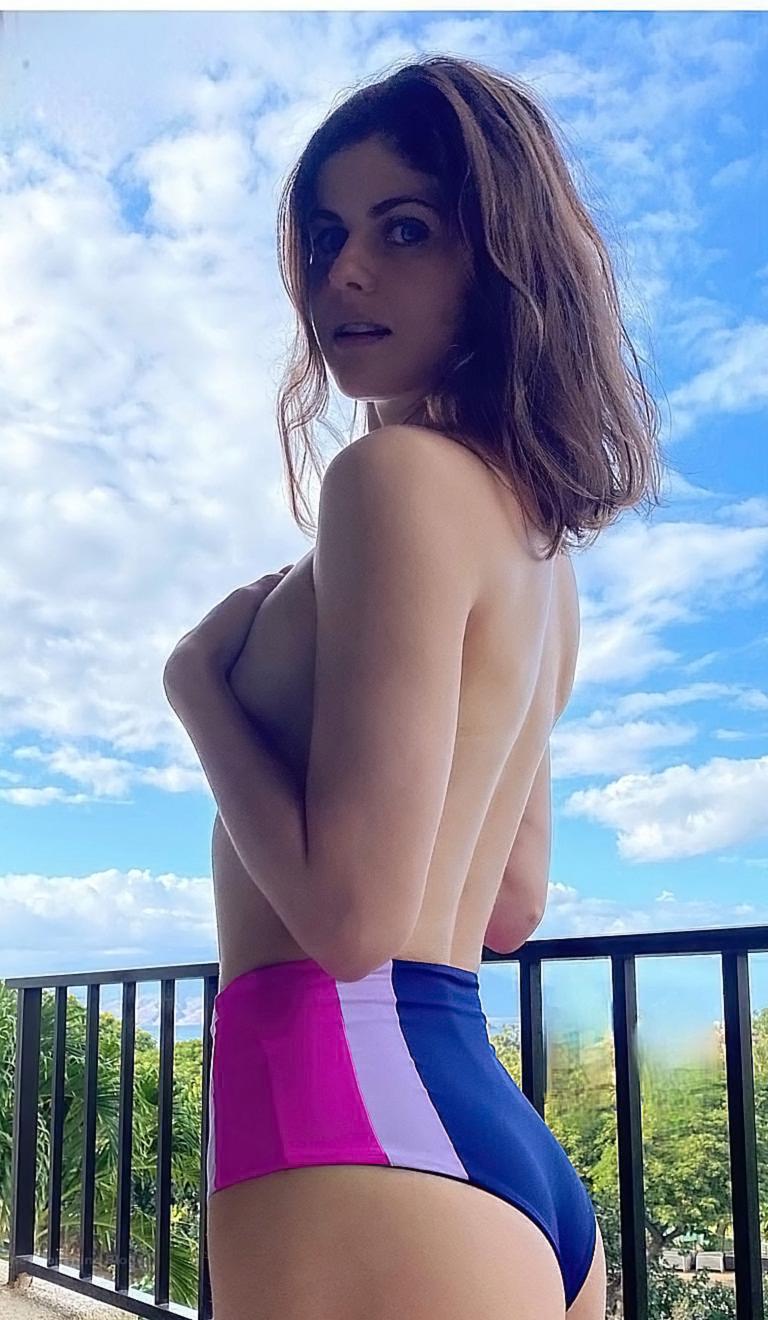Alexandra Daddario NUDE Pics and Topless Sex Scenes 63