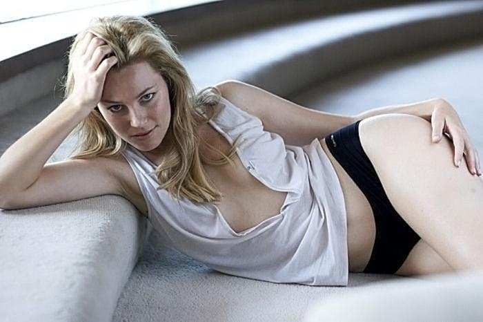 Elizabeth Banks Nude Pics & Topless Sex Scenes 77