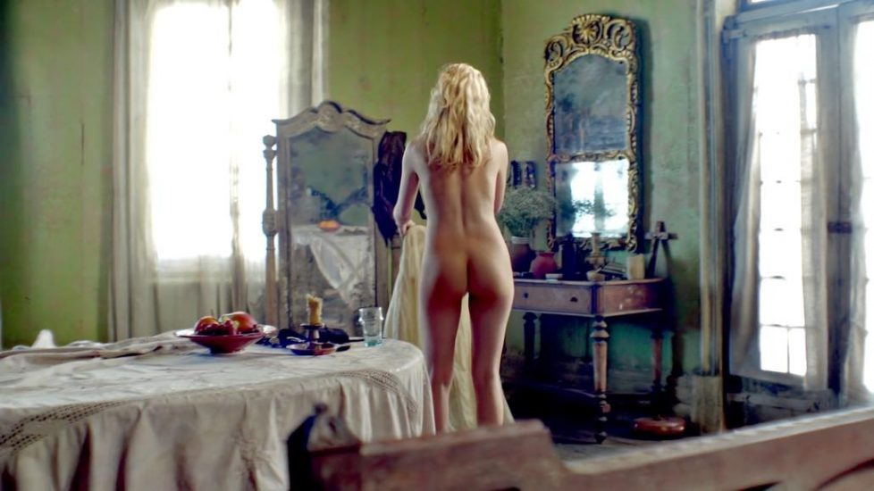 Hannah New nude with Jessica Parker Kennedy - Black Sails - S01E02 2