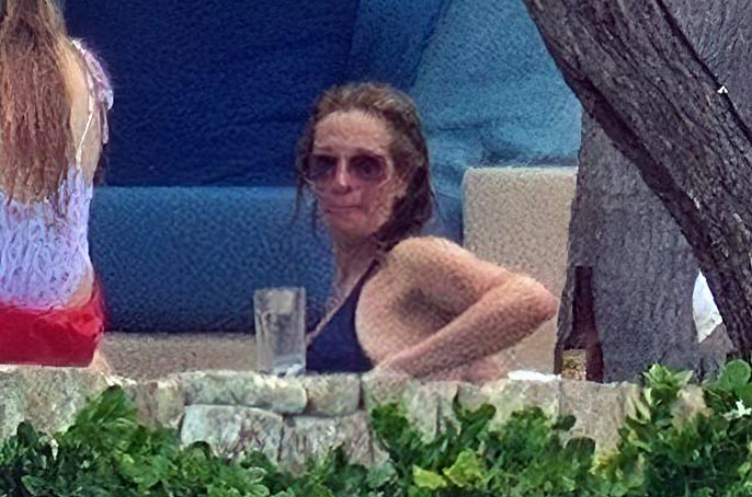 Julia Roberts spotted the paparazzi