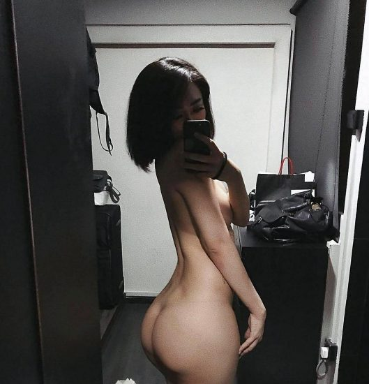 Sisi Stringer naked ass shows in mirror selfie